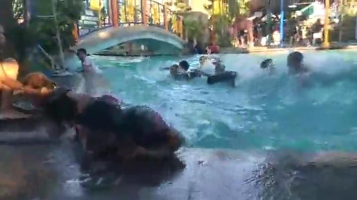 菲律賓呂宋島22、23日連續發生規模6以上的地震,各地均傳出災情,地震發生時,一處兒童游泳池因晃動而掀起大浪,原本在水中嬉戲的人也都掙扎著離開水面,悠閒的氣氛也瞬間被驚呼聲及尖叫聲淹沒。路透/Newsflare