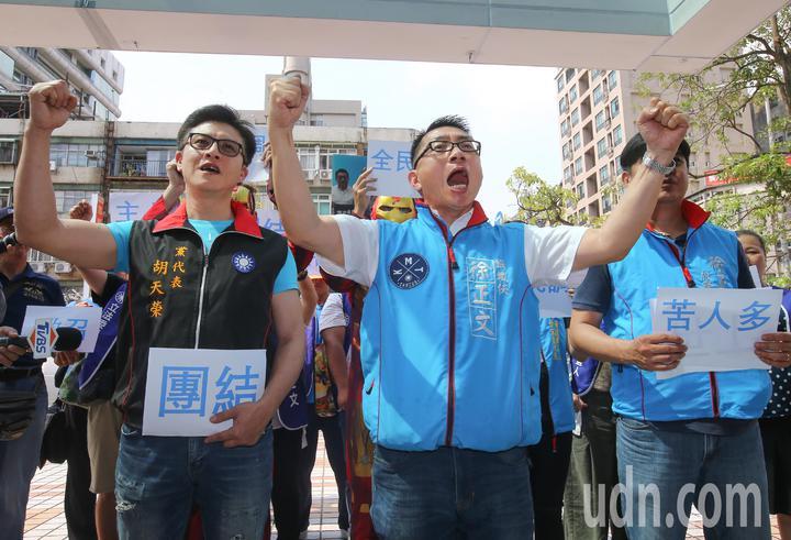 國民黨今天舉行中常會,中央委員徐正文率領一群韓粉和老黨員,提出四點訴求,並高喊支持韓國瑜。記者陳柏亨/攝影