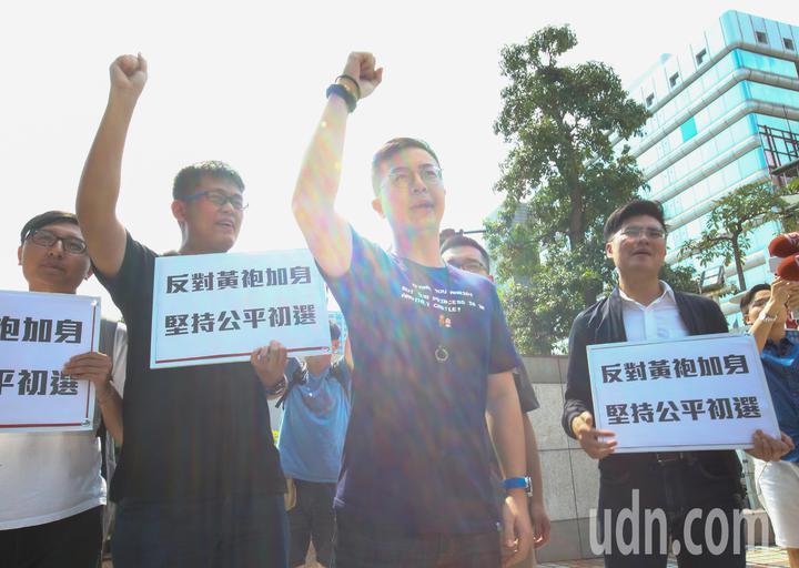 國民黨今天舉行中常會,國民黨青年團總團長李成蔭和青年中常委呂謦煒等人高喊反對黃袍加身。記者陳柏亨/攝影