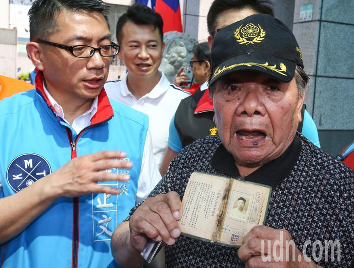 國民黨今天舉行中常會,有老黨員支持韓國瑜。記者陳柏亨/攝影