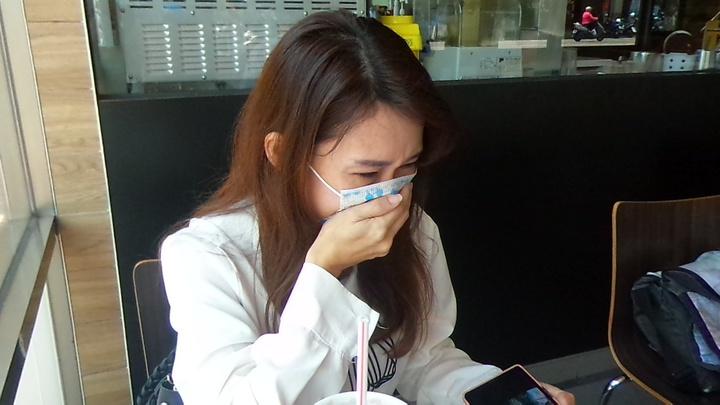 鄧姓女子受訪時不禁掩臉哭泣。記者林保光/攝影