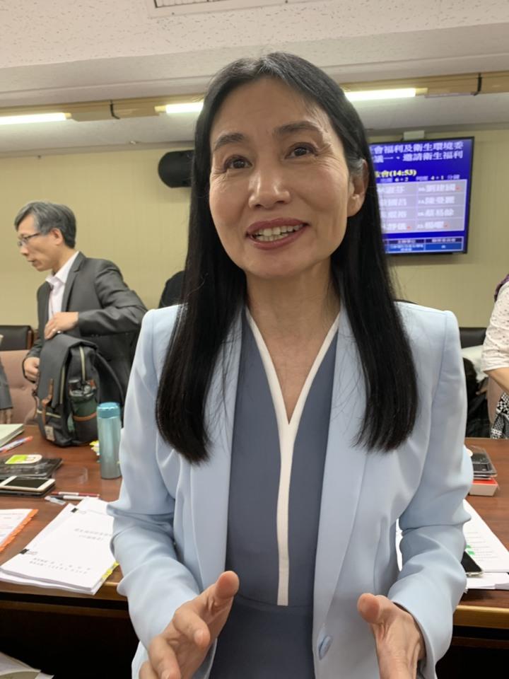 食藥署署長吳秀梅說明食安法第46條之1修正草案。記者陳雨鑫/攝影