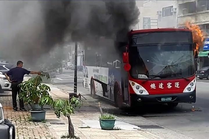 南投縣草屯鎮一輛總達客運引擎突起火,司機見狀停車疏散,乘客急忙逃生,幸無人傷亡。記者賴香珊/翻攝
