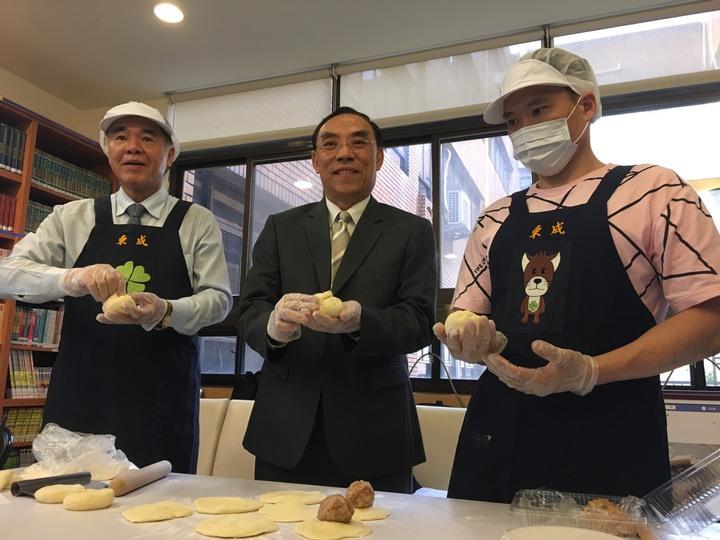 楊姓更生人(右)與法務部長蔡清祥(中)、矯正署長黃俊棠合影。記者王聖藜/攝影