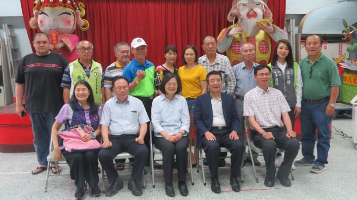 蔡總統今天傍晚出席在苗栗縣頭份市忠孝里社區活動中心舉辦「顧台灣基層座談」,親切與民眾合照。記者范榮達/攝影