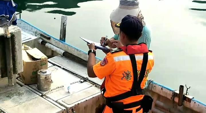 海巡署第二岸巡隊無人機區隊,查獲一艘漁望海巷漁港附近海域違法採捕石花菜。記者游明煌/翻攝