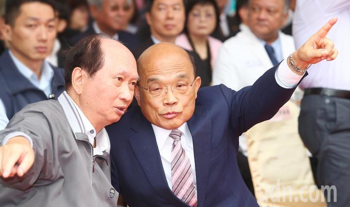 雙和醫院B基地今天上午舉行動土典禮,行政院長蘇貞昌(右)與時任台北縣副縣長的吳澤成(左)兩人談論著當年雙和醫院的規畫過程。記者杜建重/攝影
