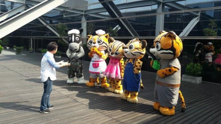市長盧秀燕(左)今表示石虎家族將升格為城市代言。圖/台中市政府提供