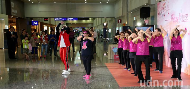 采盟免稅店9日邀請台北與桃園的社區媽媽到桃園機場飆舞,提前慶祝母親節。記者陳嘉寧/攝影