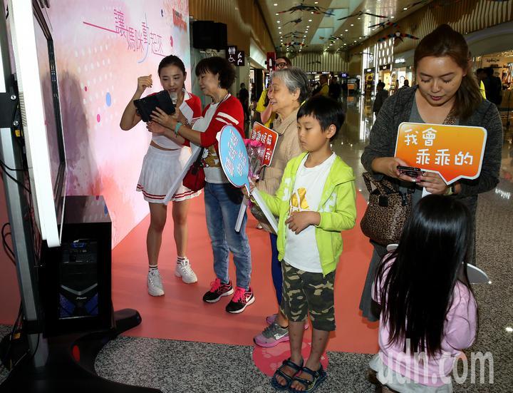 采盟免稅店9日提前舉辦母親節慶祝活動,現場提供AR動態電子卡片現場製作服務,讓旅客向媽媽祝福。4代同堂準備到南韓旅遊的旅客,在現場錄製影片。記者陳嘉寧/攝影