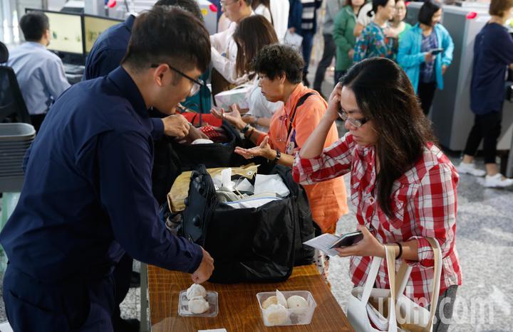 非洲豬瘟蔓延到香港,桃園機場防疫人員在手提行李入境防疫x光機檢查區進行百分百檢查,一位旅客被查到攜帶肉製品。記者鄭超文/攝影