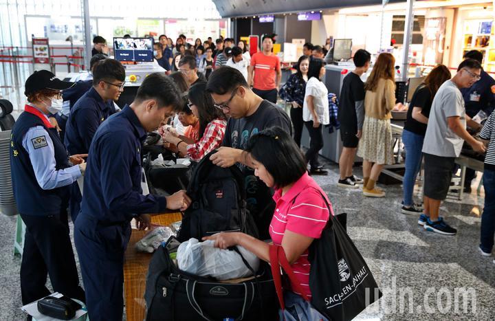 非洲豬瘟蔓延到香港,桃園機場防疫人員在手提行李入境防疫x光機檢查區進行百分百檢查。記者鄭超文/攝影
