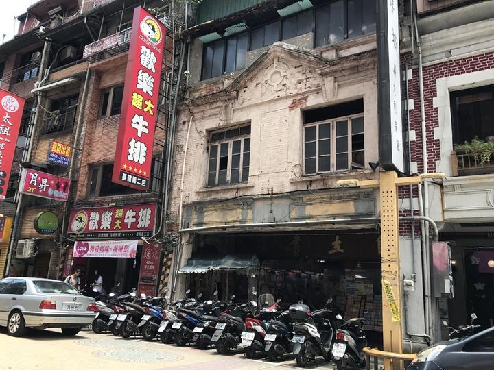 基隆市義二路好美風景的陳上惠阿公,去年滿百歲了,他創立的自立書店和琴音,是許多基隆人的回憶。記者吳淑君/攝影