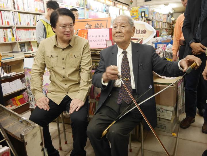 基隆市義二路好美風景的陳上惠阿公,去年滿百歲了,他創立的自立書店和琴音,是許多基隆人的回憶。圖/本報系資料照