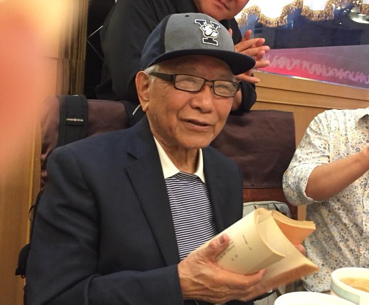 86歲的詩人鄭愁予朗讀「賦別」,詩中的三角戀發生在七十年前。記者徐如宜/攝影