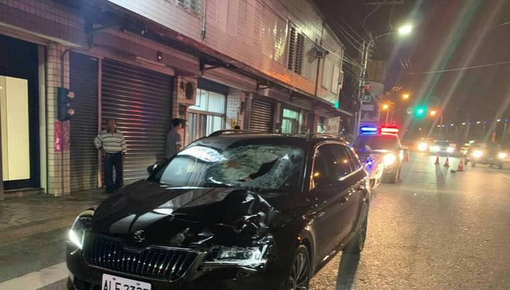 黑色自小客車疑似闖黃燈撞上楊姓男童。圖/吉安警分局提供