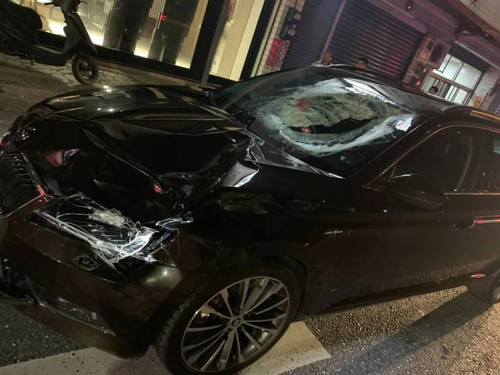 肇事黑色自小客車擋風玻璃嚴重碎裂。圖/吉安警分局提供