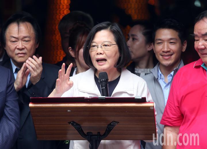 蔡英文總統(左二)現場發表談話重申、招商、前瞻建設等政績。記者徐兆玄/攝影