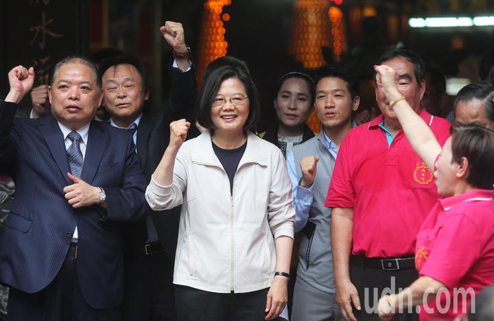 蔡英文總統(左三)今天前往大稻埕慈聖宮參拜,現場支持者列隊歡迎,高喊「小英加油」。記者徐兆玄/攝影