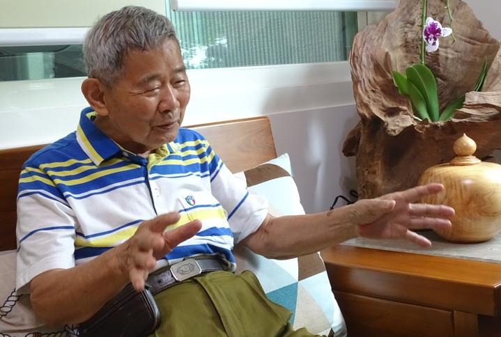 彰化縣88歲的電子公司董事長陳輝堂,侃侃而談以樂觀的心態克服罹癌四期的悲觀心情,成為玉山風景區管理處認證的玉山攻頂最高齡者。記者何烱榮/攝影