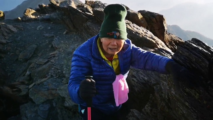 88歲的電子公司董事長陳輝堂去年確診罹癌第四期,經1年多接受治療和不斷登山健走運動,4月30日終於登上玉山圓夢。記者何烱榮/擷自吳金倉錄影畫面