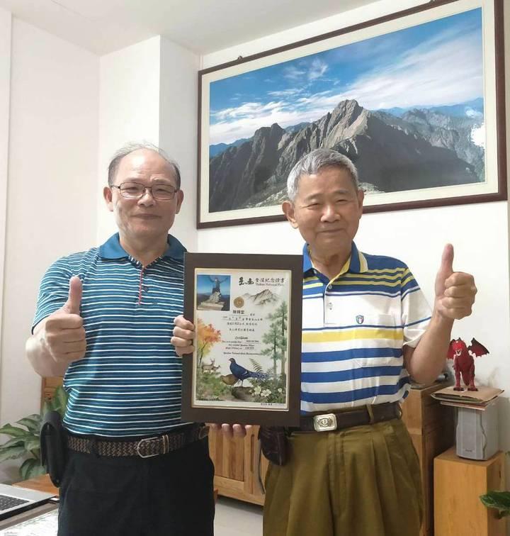 彰化縣88歲又罹癌四期的電子公司董事長陳輝堂(右),在員林市有名的登山嚮導吳金倉陪半下登上玉山,成為玉山國家公園管理處認證的玉山攻頂最高齡者。記者何烱榮/攝影