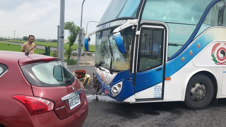 高鐵大道太保市路段遊覽車與校車車禍發生的現場。記者魯永明/攝影