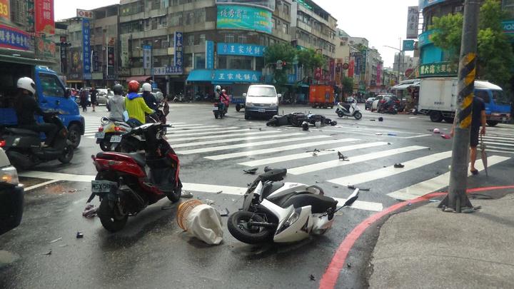 高雄市三民區發生計程車在路口連撞汽機車車禍。記者林保光/攝影