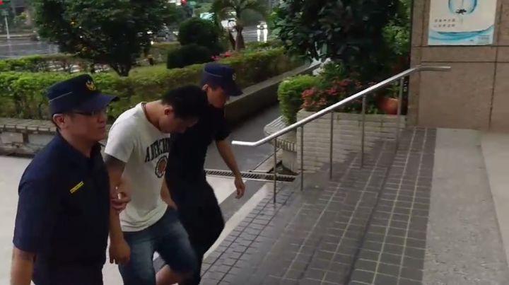 台北市發生兩起夜店酒客鬥毆,高姓男子遭人持刀刺傷左臀,謝姓男子遭圍毆頭部受傷,警方通知陳姓犯嫌究辦。記者李奕昕/翻攝