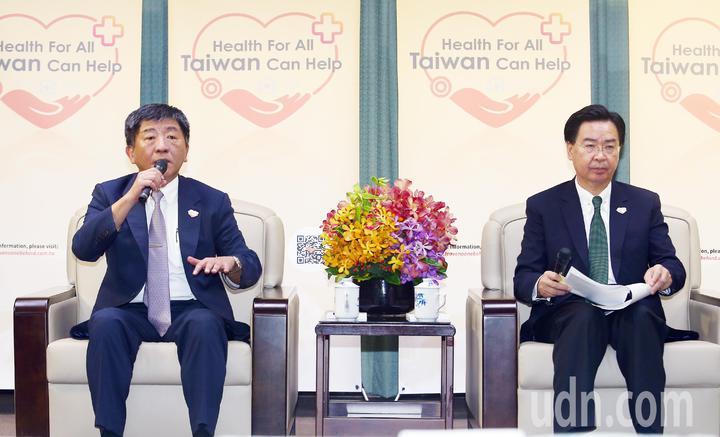 衛福部長陳時中(左)與外交部長吳釗燮(右)一同在外交部召開記者會,向中外媒體說明2019世衛行動團前往日內瓦的目的。記者杜建重/攝影