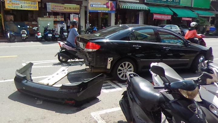 轎車被計程車撞得保險桿脫落。記者林保光/攝影