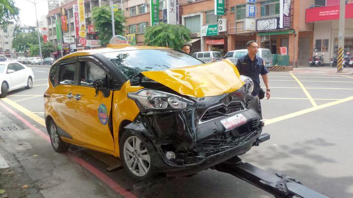 肇事的計程車。記者林保光/攝影