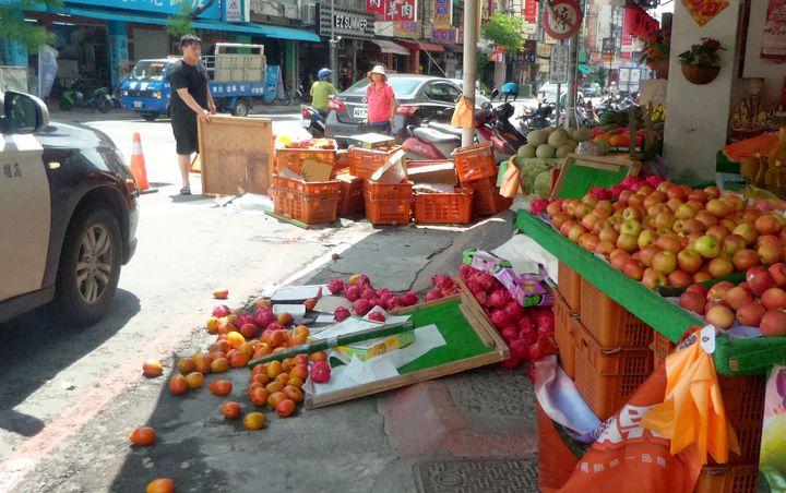 計程車連撞汽、機車,路口水果攤也遭殃。記者林保光/攝影