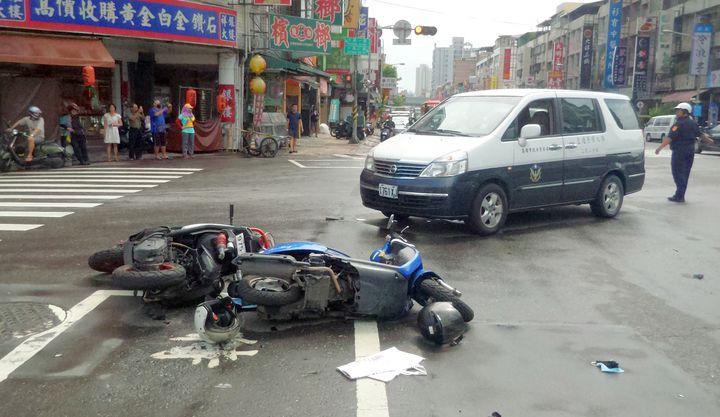 吳姓男子開車連撞汽、機車,警方趕到場處理。記者林保光/攝影