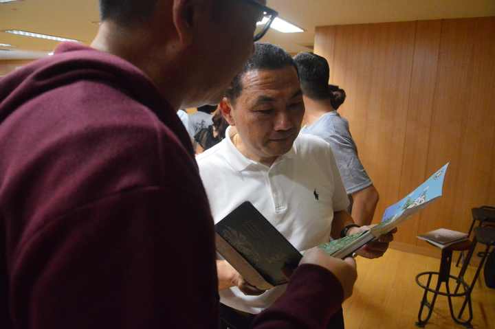 新北市長侯友宜(右)觀看淡蘭古道地圖。記者施鴻基/攝影