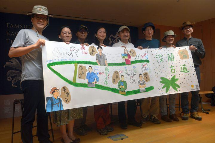 新北市府觀光旅遊局邀請多位名作者推出「淡蘭古道:北路」,大受歡迎。記者施鴻基/攝影
