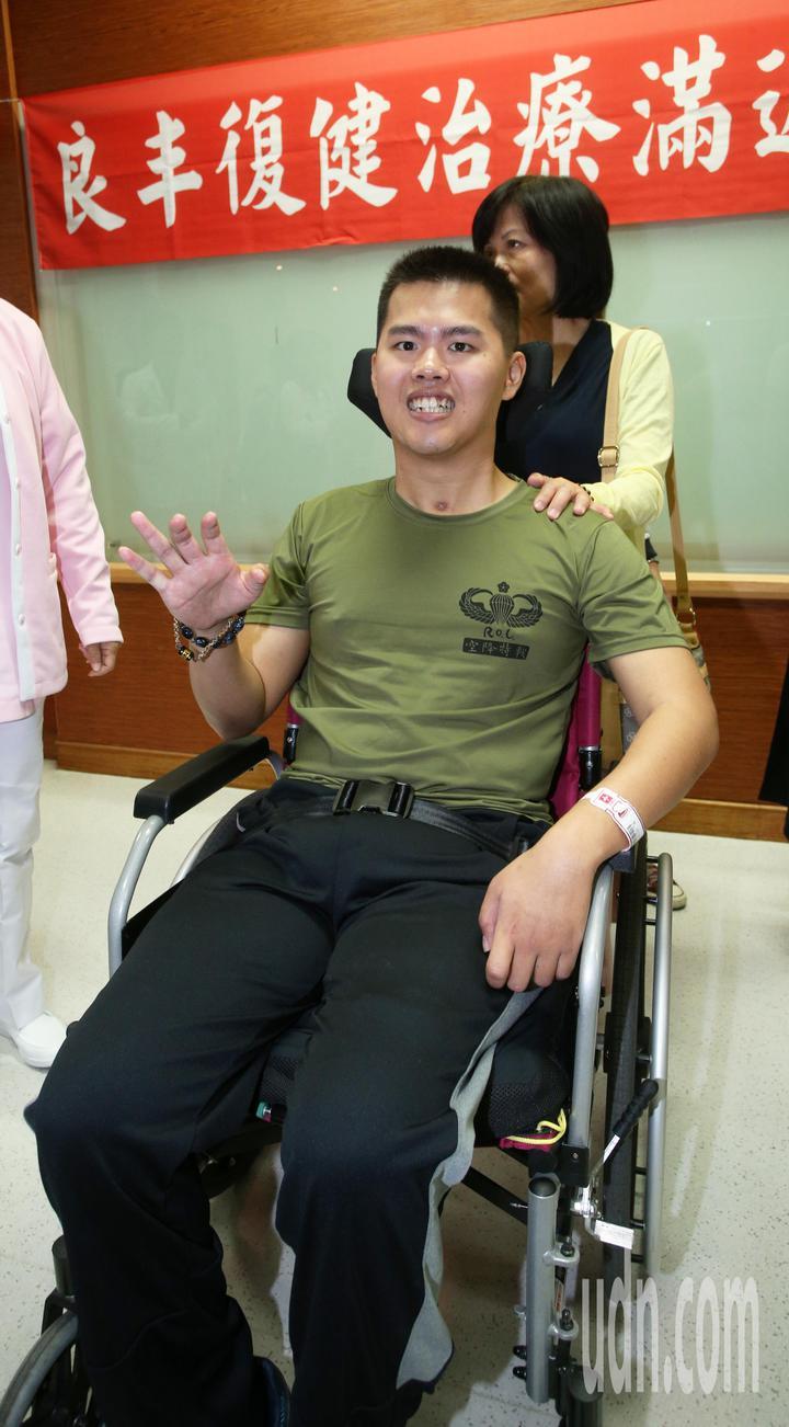 去年漢光演習跳傘從高空墜地受傷的26歲士兵秦良丰,經過治療後,恢復情況良好。記者劉學聖/攝影