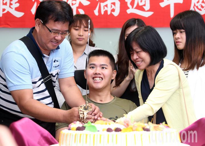 去年漢光演習跳傘從高空墜地受傷的26歲士兵秦良丰,經過治療後恢復情況良好,醫院今天幫他舉辦慶生會。記者劉學聖/攝影