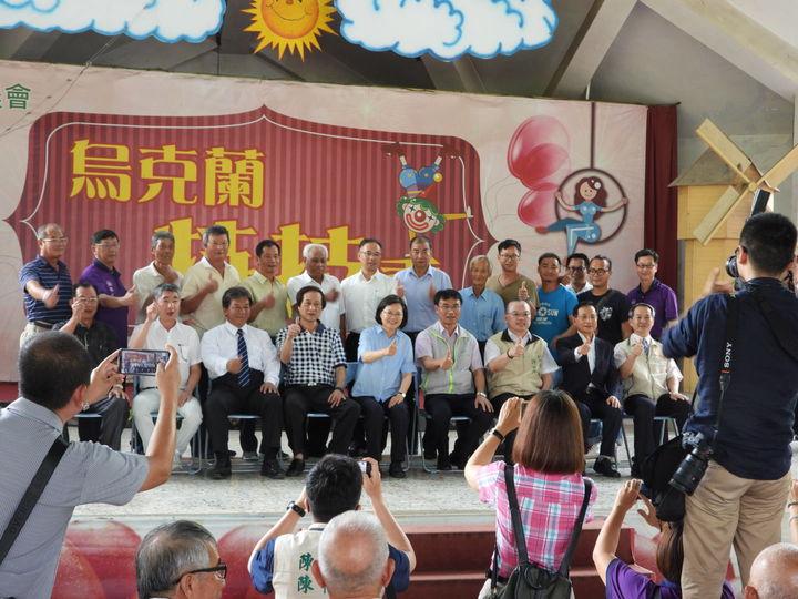 總統蔡英文與各農會幹部代表一一握手並比讚拍照, 平均30秒完成一個農會。記者周宗禎/攝影