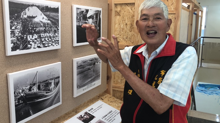 老鹽工蔡戊雄看到老照片感慨深,他從20多歲鹽工做到60多歲退休,精華歲月都奉獻給鹽場。記者魯永明/攝影