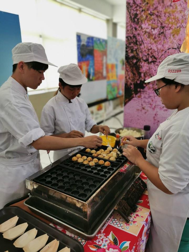 餐飲管理科與餐飲技術科做出日本料理。圖/校方提供