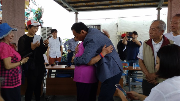 郭董當場給阿嬤一個擁抱。記者余衡/攝影