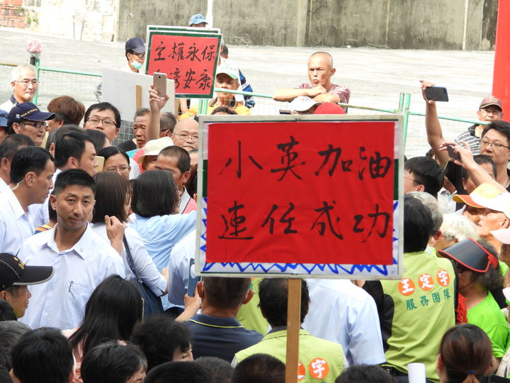 總統蔡英文到關廟山西宮參拜,在廟前受到民眾熱烈歡迎。記者周宗禎/攝影