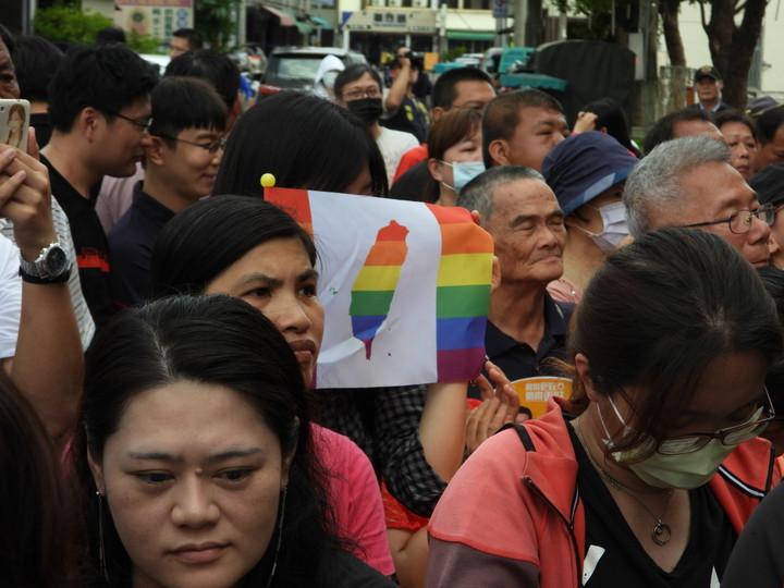總統蔡英文到關廟山西宮參拜, 挺同人士舉旗感謝。記者周宗禎/攝影