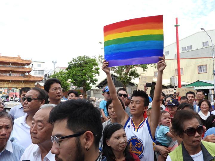 總統蔡英文到關廟山西宮參拜, 挺同年輕人高舉彩虹海報表達感謝。記者周宗禎/攝影