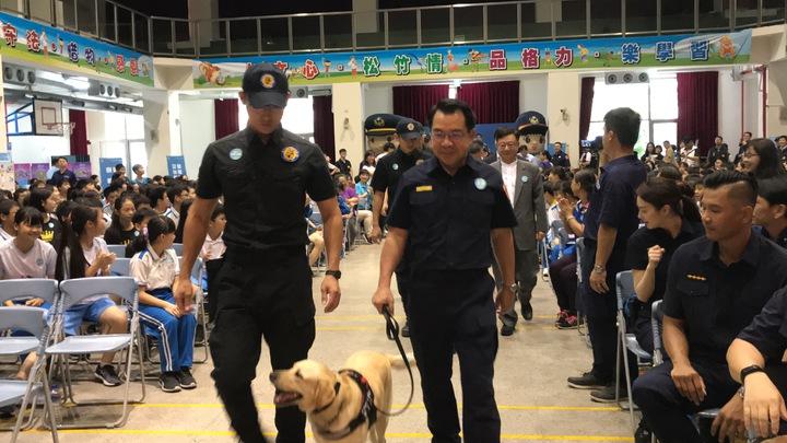 台中市警局局長楊源明(右)帶領台中市警局警犬隊五隻警犬帥氣進場,松竹國小學生齊坐兩排、熱烈歡迎。記者林佩均/攝影