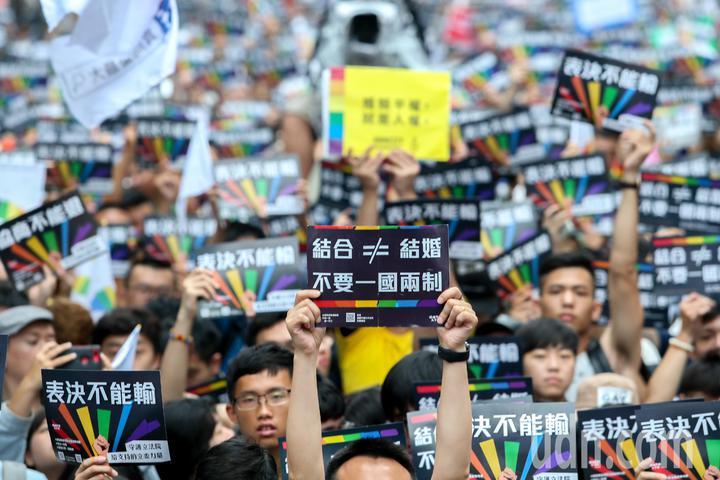 立法院下午三讀通過同婚專法,成為亞洲第一個同婚合法化的國家,支持者高舉標語。記者葉信菉/攝影