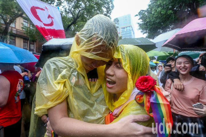 立法院下午三讀通過同婚專法,成為亞洲第一個同婚合法化的國家,支持者相擁而泣。記者葉信菉/攝影