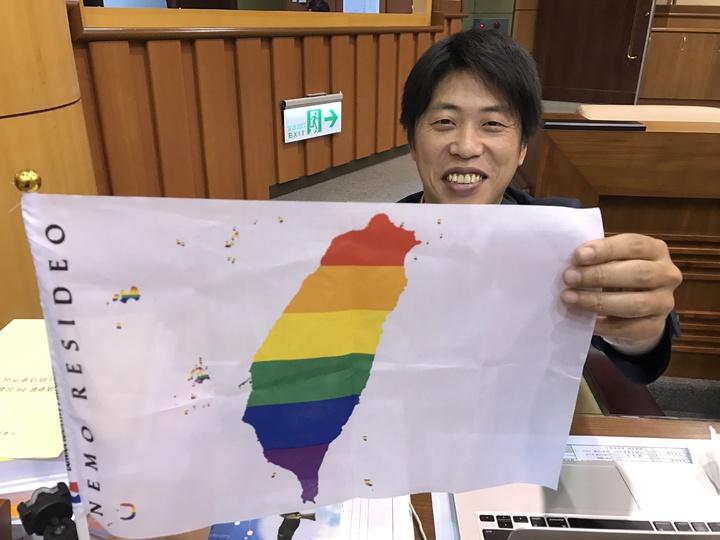 基隆市議員張之豪,今天一早就帶著彩虹旗到基隆市議會,得知立院三讀通過,喜悅全寫在臉上。記者吳淑君/攝影