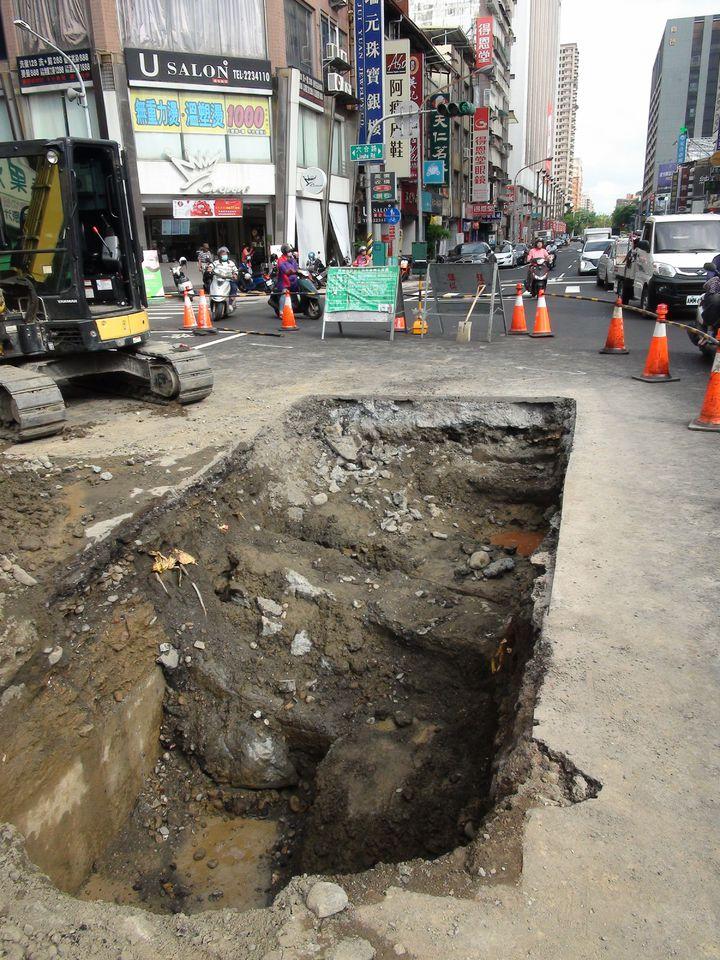 高雄市養護工程處今天上午到現場開挖,初步研判是地底下有個不明的坑洞,才會導致剛鋪好的道路塌陷,但仍找不到塌陷原因。記者謝梅芬/攝影